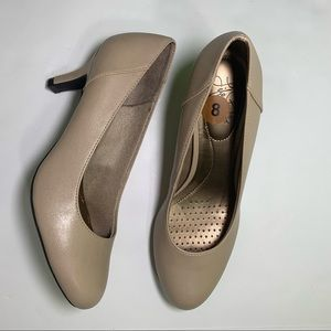 Life Stride heeled beige shoes size 8 New